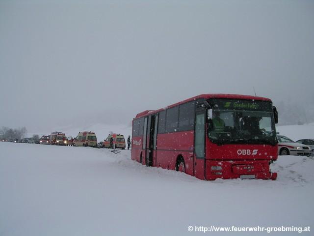 PKW gegen Linienbus
