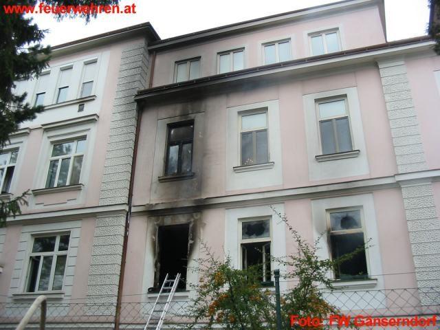 Wohnhausbrand mit Menschenrettung
