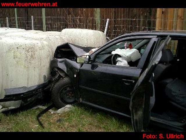 PKW fuhr in Siloballen