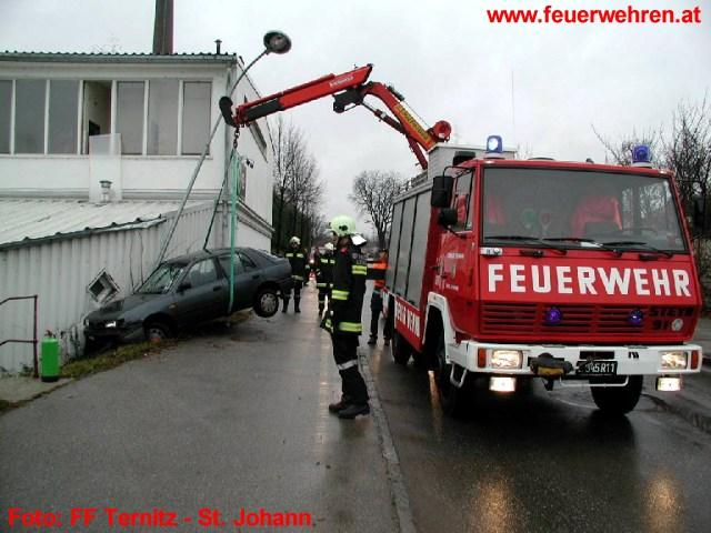 Fahrzeugbergung durch FF St. Johann