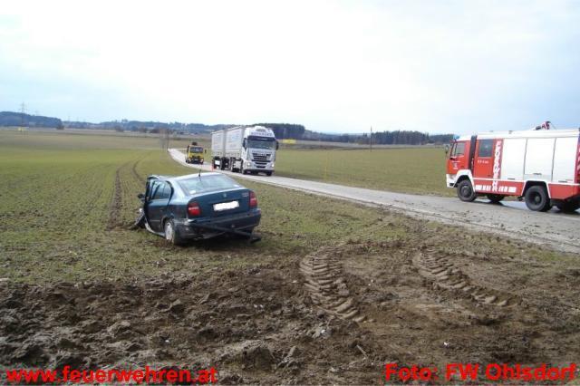 Aufräumarbeiten nach schweren Verkehrsunfall
