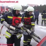 Feuerwehrmänner mit Bergeschere