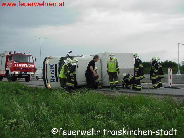 Umgestürzter Klein-LKW auf der A2