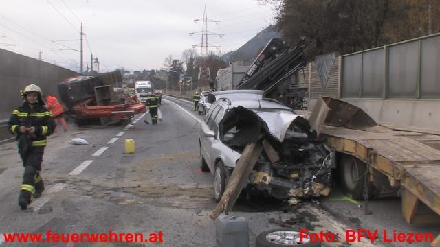 VU bei Stainach mit 2 Schwerverletzten, 2 LKW, 2 PKW, 1 Bagger und 1 Ratte 1