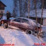 Fahrzeug auf steiler Zufahrtsstraße abgerutscht
