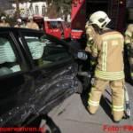 Eingeklemmte Pensionistin aus Fahrzeug befreit