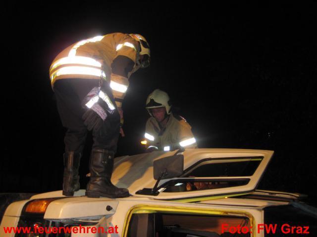 Auto bei Verkehrsunfall umgeworfen
