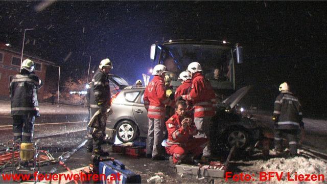 Reisebus rammt PKW - 2 Verletzte