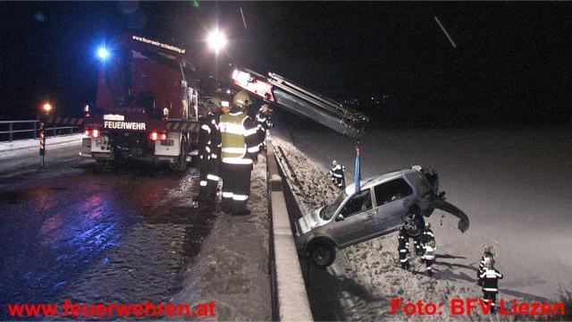 PKW über Böschung gestürzt - 3 Verletzte