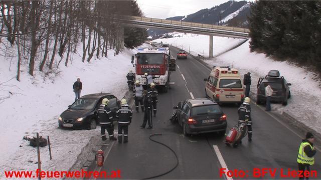 Schwerer Verkehrsunfall mit 4 PKW / 5 Verletzten