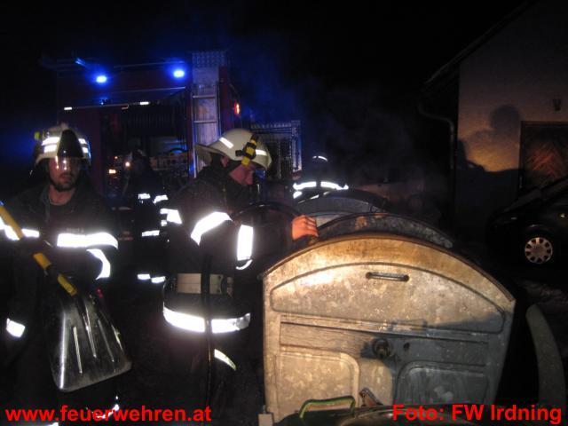 Müllcontainerbrand bei Mehrfamilienwohnhaus