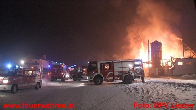 19 Feuerwehren mit 210 Mann kämpfen gegen Flammeninferno