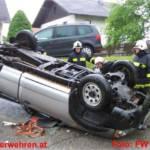 Pick Up bei Unfall auf Dach gelandet