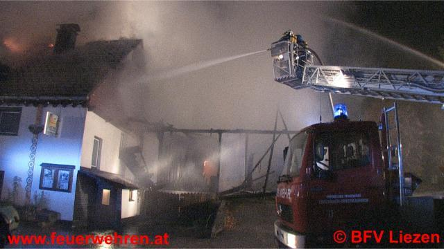13 Feuerwehren kämpfen gegen Großbrand in Obersdorf