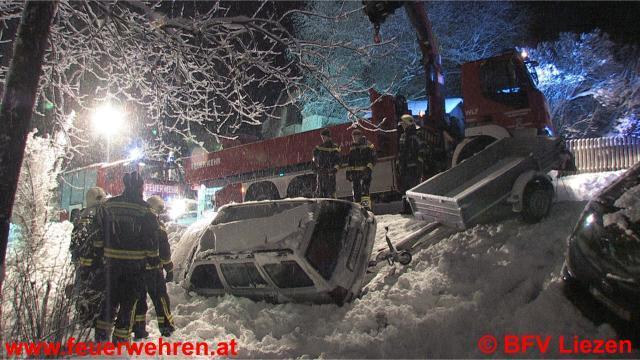 Feuerwehrmänner beinahe von abstürzendem PKW samt Anhänger getroffen