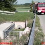 Unbekannte Flüssigkeit auf Gewässer und Verkehrsunfall zeitgleich