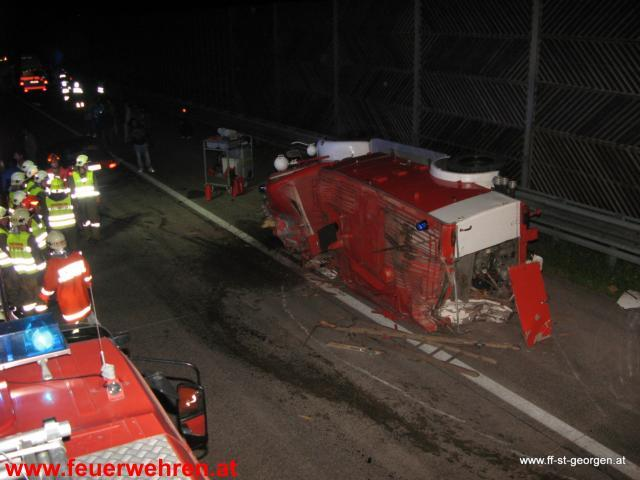 Verkehrsunfall mit Reisebus und Feuerwehroldtimer