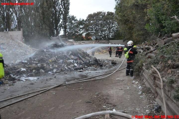 Brand in Entsorgungsbetrieb beim Alberner Hafen