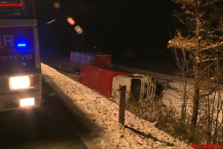 Sperre der B320: Transporter mit Gefahrgut abgestürzt
