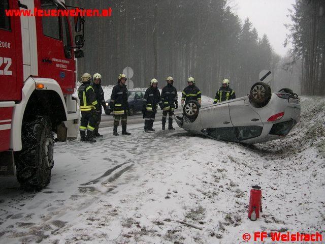 PKW Bergung nach Fahrzeugüberschlag