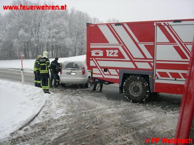 Fahrzeug landet nach Verkehrsunfall in Straßengraben