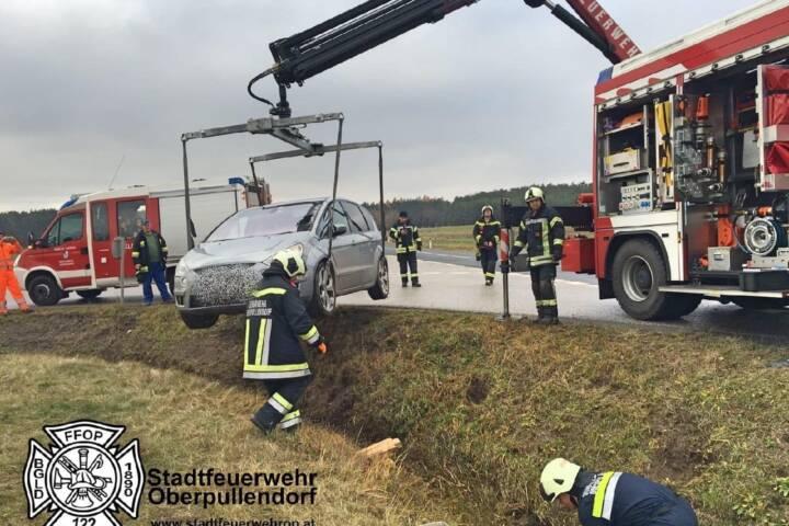 Stadtfeuerwehr Oberpullendorf: Fahrzeugbergung in Unterfrauenhaid 1