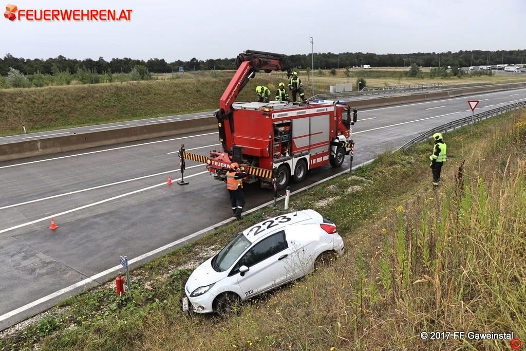 FF Gaweinstal: Pkw im Straßengraben - A5-Nordautobahn 1