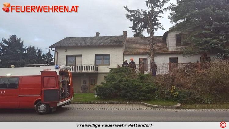 FF Pettendorf: Baum droht auf Wohnhaus zu stürzen 1