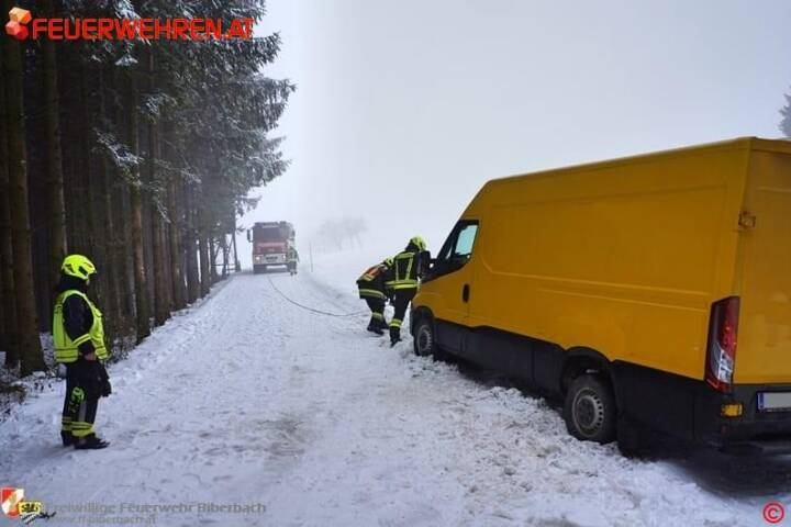 FF Biberbach: Kleintransporter aus misslicher Lage befreit 1