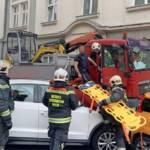 Feuerwehrmänner retten Fahrer aus LKW
