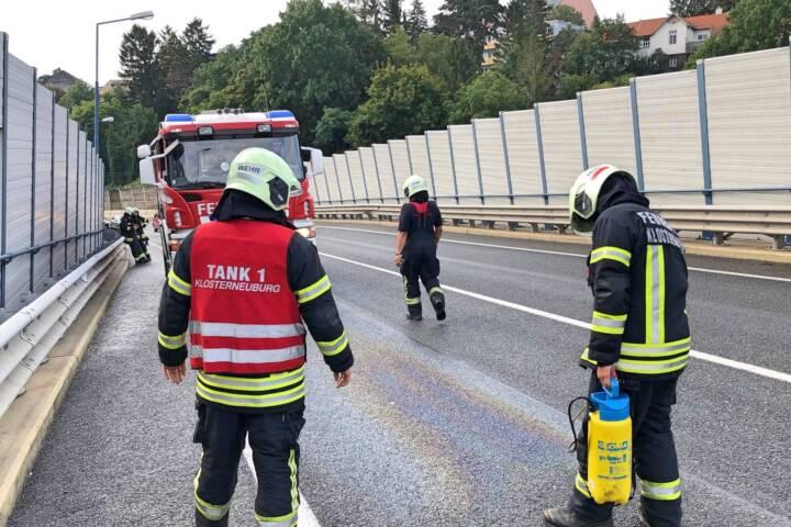 Feuerwehrmänner binden Ölspur