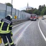 Feuerwehrmann bindet Ölspur