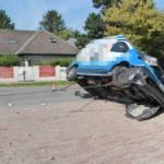 Spektakulärer Unfall im Ortsgebiet, Auto kam auf Seite zu liegen
