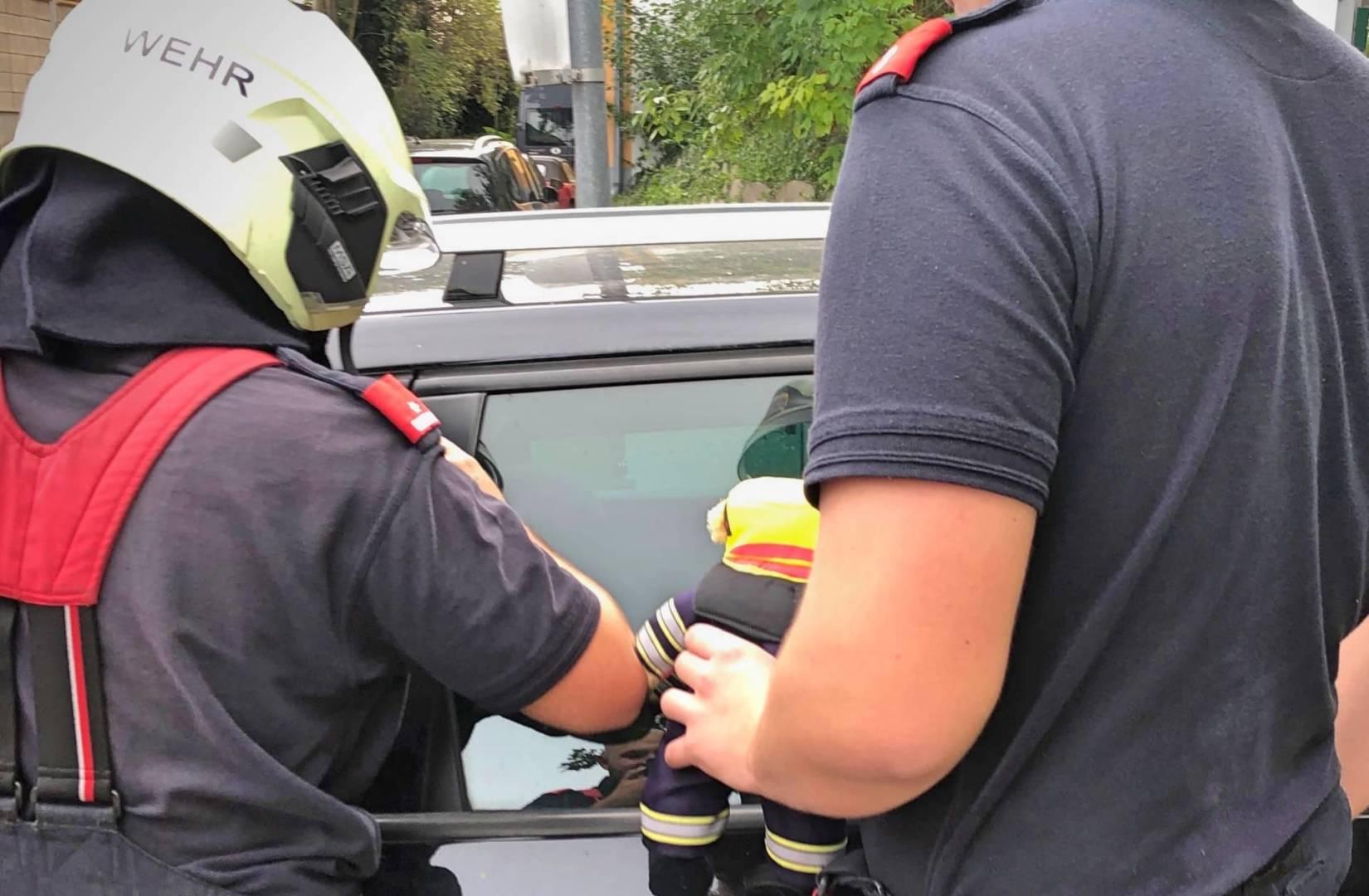 Kleinkind in Auto eingeschlossen