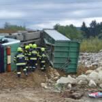 Lkw in Schottergrube umgestürzt