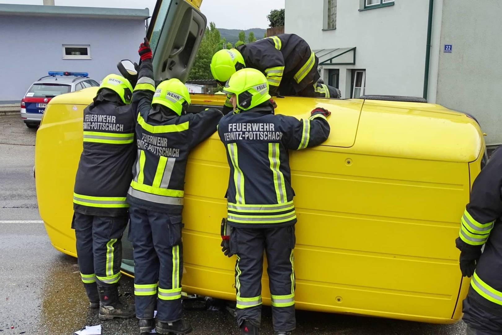 Ersthelfer halfen Mann aus Fahrzeug