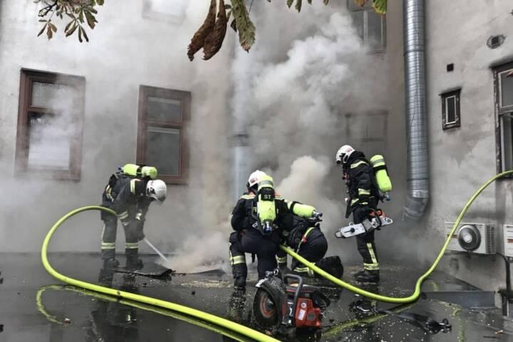 Umfangreiche Löscharbeiten und die Evakuierung eines Wohnhauses waren Folge eines Geschäftsbrandes in Wien - Ottakring