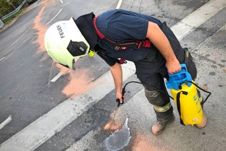 Feuerwehrmann entfernt Öl
