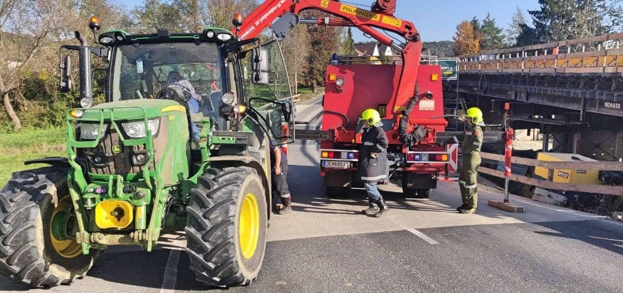 Anhänger löst sich auf Bundesstrasse von Traktor
