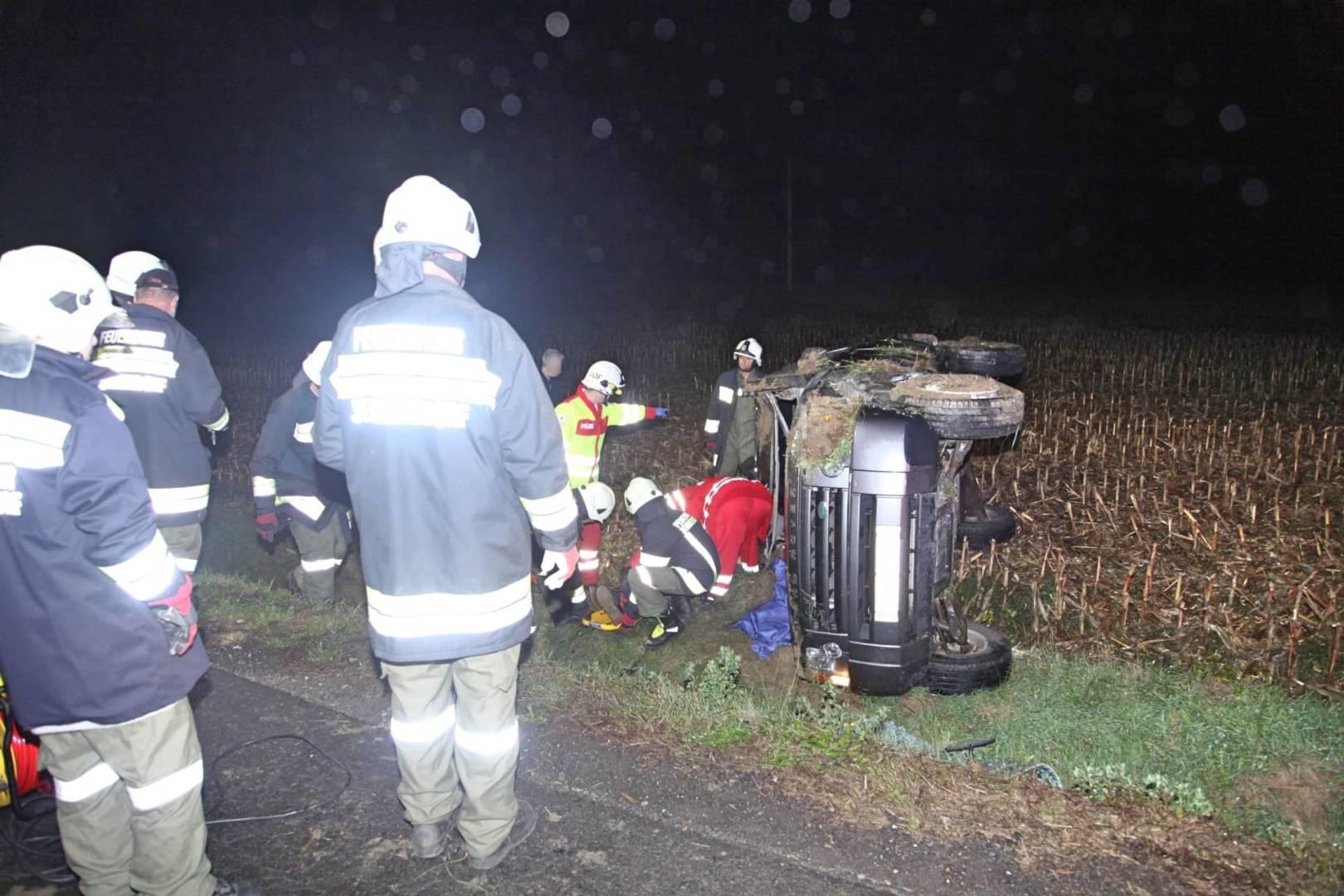 Verletzter PKW-Lenker war nach Unfall in seinem Fahrzeug eingeklemmt
