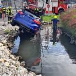Verkehrsunfall mit PKW Bergung aus Regenwasserrückhaltebecken