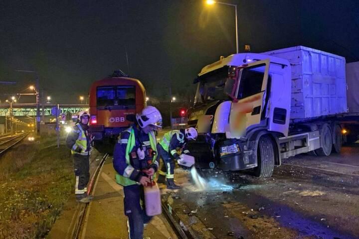 Ein Verletzter bei Zusammenstoß einer E-Lok und eines Lkw in Wien-Leopoldstadt