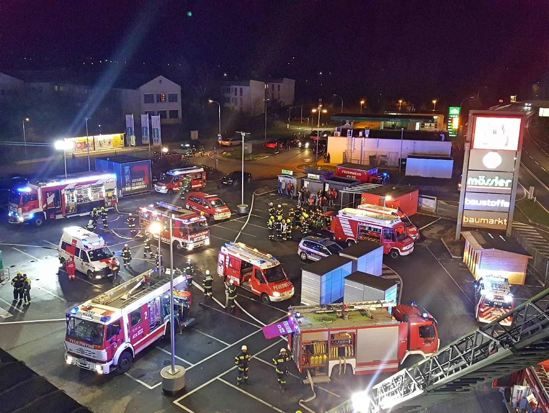 Feuerwehr verhindert Dachstuhlbrand in Baumarkt