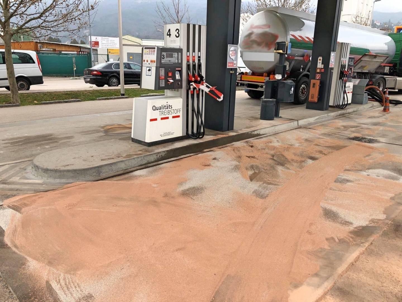 Ölspur bei der Diskont Tankstelle