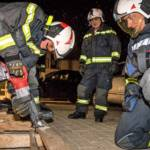 Feuerwehr übt mit Schneid- und Trenngeräten