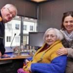 Rosa Herbst bei einem Besuch im Weizer Feuerwehrhaus im Jahr 2016 mit Wolfram Schwarz und Andrea Absenger, die eine Projektarbeit über das Leben von Herbst verfasste.