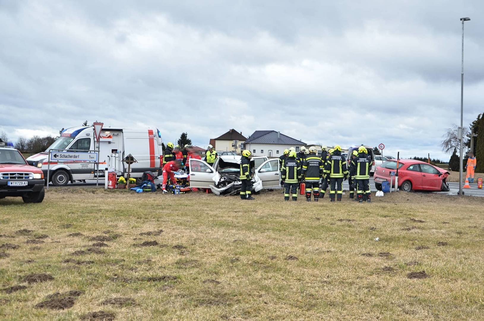 Drei Verletzte nach schwerem Verkehrsunfall in Vitis