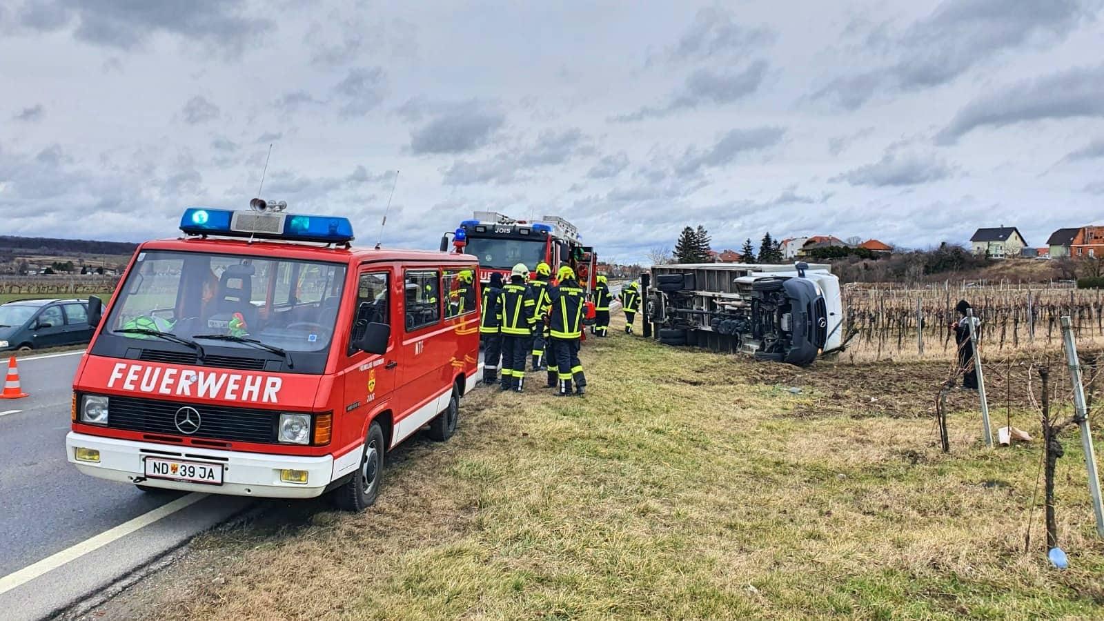 """Sturmtief """"Petra"""" lässt Klein-LKW umstürzen"""