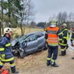 Rettung und Feuerwehr retten Schwerverunfallte aus demoliertem Fahrzeug