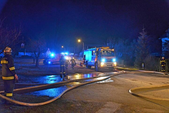 Vier Feuerwehren bei Hackschnitzelbrand in Brunn im Einsatz